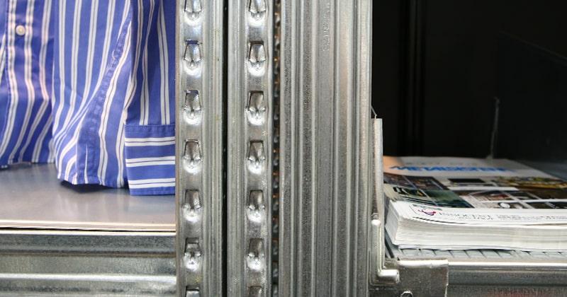 一般的なメタルシステム(左)/ユニラック(右)