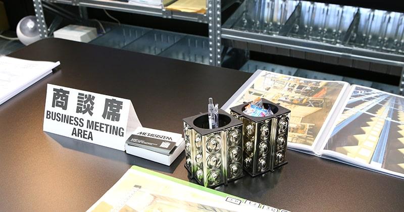 ノベルティのメタルシステムのペン立て