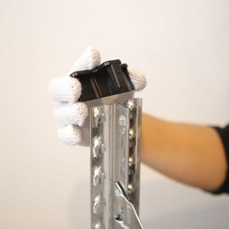 サイドフレーム(柱)の脚部に床面保護用のキャップをはめ込む